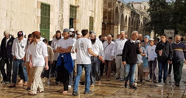 On 1st day of Ramadan Israeli settlers storm 3rd holiest site in Islam