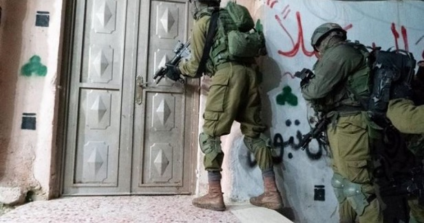 Settlers, soldiers attack Palestinian homes, citizens in al-Khalil