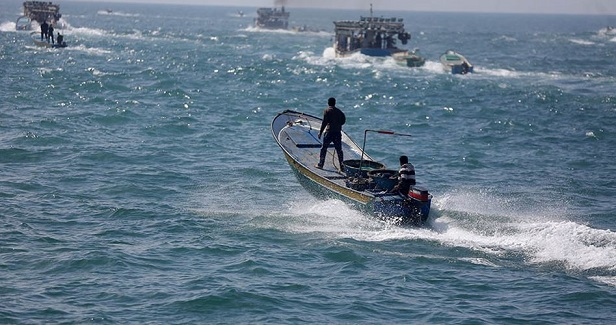 One Gaza fisherman injured, another kidnaped by Israeli navy