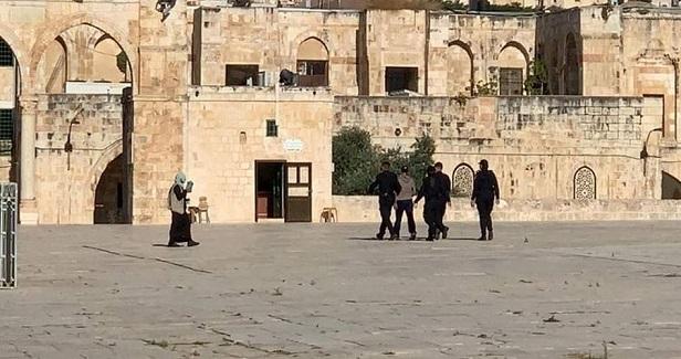 Dozens of settlers defile Aqsa Mosque's Bab al-Rahma area