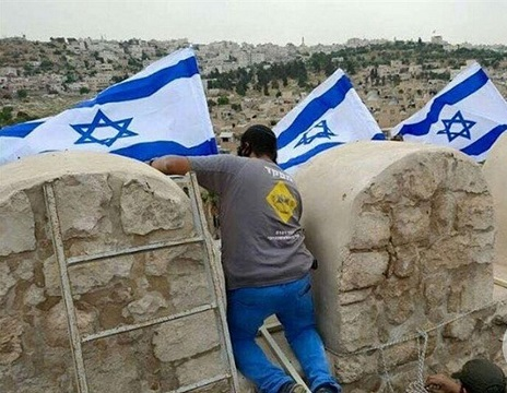 Settlers place Israel flag over Ibrahimi Mosque