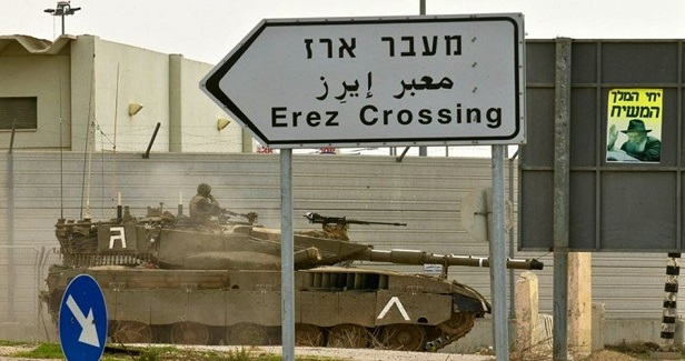 Israeli forces arrest Palestinian merchant on Gaza crossing