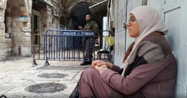 Israeli police kidnap four female activists outside Aqsa Mosque