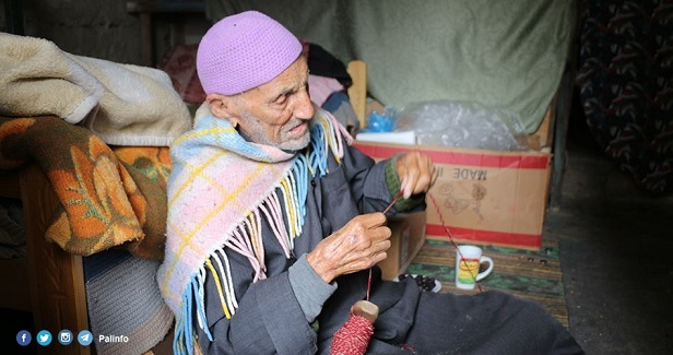 Al-Saidi: Golden fingers weaving hats using a wooden spindle