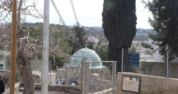 Israeli settlers storm holy Palestinian shrines in Nablus