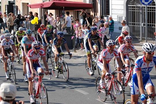 Palestinian cyclists protest against Giro d'Italia 'Judaisation' race