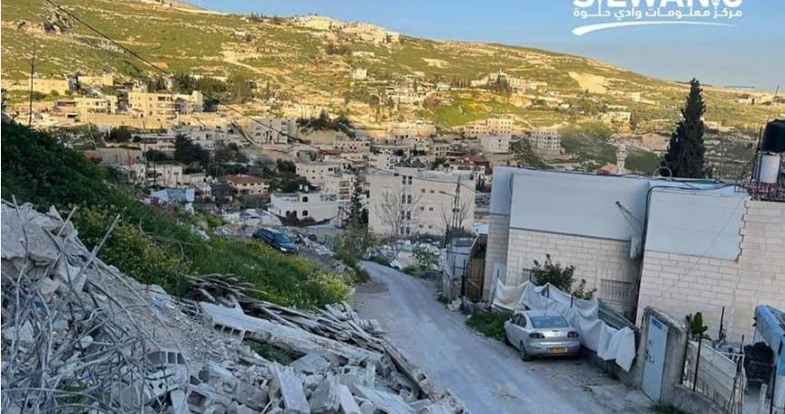 IOA forces Jerusalemite to raze home in Silwan
