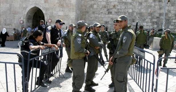 Israeli police arrest Aqsa guard, ban him from entering Mosque