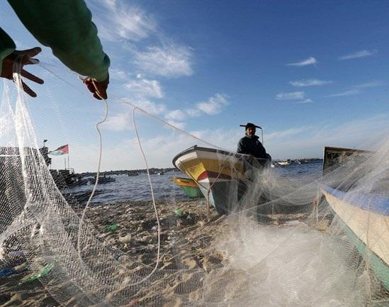Israeli forces open fire at Palestinian fishermen