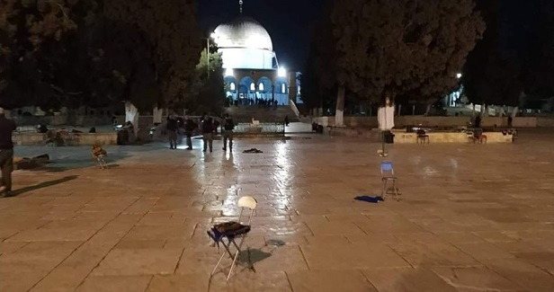 Israeli police storm Aqsa, force Muslims on retreat to leave