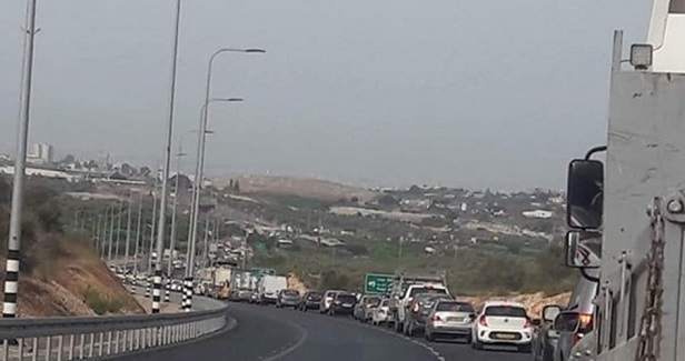 Ariel settlement guards obstruct traffic at main entrance to Salfit