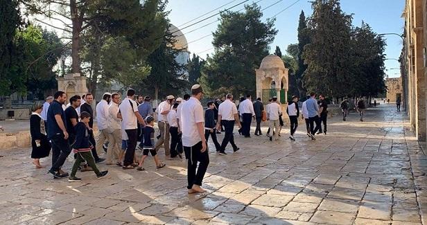 Hundreds of Israeli settlers defile al-Aqsa Mosque