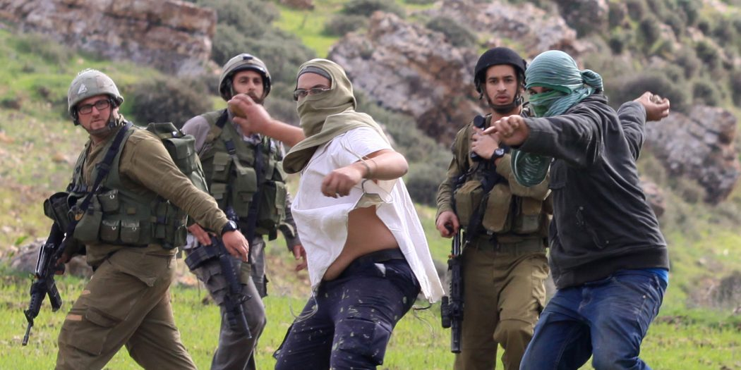 Nablus: Settlers carry out attacks against Palestinians while IOF watches