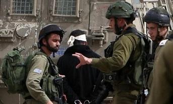 الاحتلال يعتقل شابين ويخطر بوقف البناء بثلاثة منازل في قلقيلية