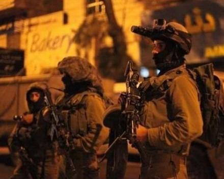 قوات الاحتلال تواصل حصار العيساوية وتخطر بهدم منازل وتعتقل ثلاثة شبان