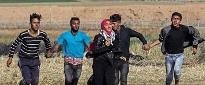 صورة لشبان يشكلون سلسلة بشرية لحماية فتاة من قناصة الاحتلال شرق غزة