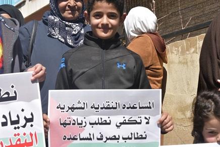 اللاجئون الفلسطينيون يطالبون (الأونروا) بالتراجع فورًا عن تقليص خدماتها المتعددة