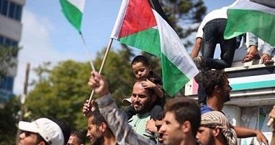 إيرلنديون يرفعون علم فلسطين على قمة جبل شمال إيرلندا