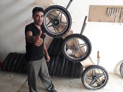 إطارات سياراتٍ لا تتلف ولا تعطب من صنع أيدٍ فلسطينية من غزة