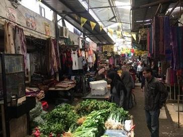 أهالي المخيمات الفلسطينية يناشدون التجار لمراعاة ظروفهم المادية