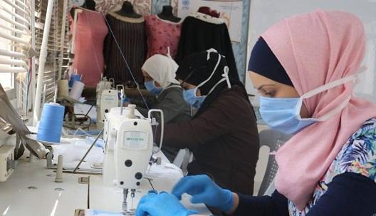 لاجئات فلسطينيات في سورية يواجهن كورونا بصناعة الكمامات