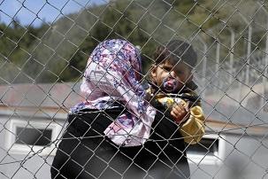 المهاجرون في جزيرة متليني باليونان يشكون صعوبات للحصول على الماء