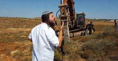 مستوطنون يجرفون أراضي في نابلس وقلقيلية