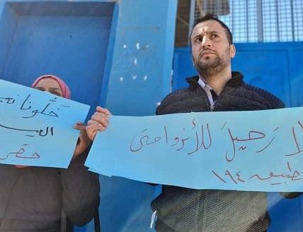 «لجان المعلمين الديمقراطيين» يواصل اعتصامه المطلبي أمام «الأونروا» بخانيونس