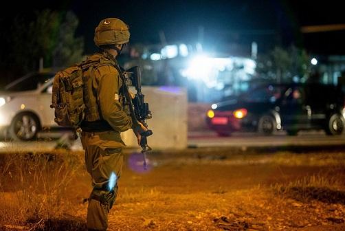 الاحتلال يعتقل شابين من مُخيّم العروب وأسيراً محرراً من مُخيّم عايدة
