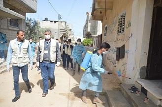 اللجنة الشعبيّة بمُخيّم دير البلح تواصل تعقيم المُخيم وتوعية اللاجئين