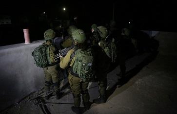 الاحتلال يعتقل 18 مواطنا خلال عمليات دهم في الضفة