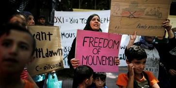 مهاجرون من سورية يتظاهرون أمام السفارة الألمانية في أثينا