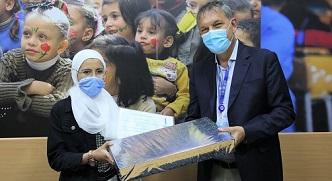 مفوض الأونروا يكرّم الطالبة الفلسطينية