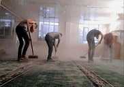 بمبادرة فردية عدد من شبان مخيم اليرموك يقومون بتنظيف مسجد عبد القادر الحسيني