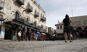 بحماية من جيش الاحتلال..مستوطنون يعتدون على ممتلكات المواطنين في البلدة القديمة من القدس