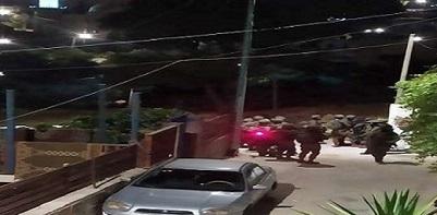 قوات الاحتلال تعتقل 5 شبان وتسلم صحفية ومواطنة قرارات بالإبعاد عن الأقصى