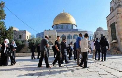 مستوطنون يؤدون الصلوات التلموذية في الاقصى بحراسة مشددة من قوات الاحتلال