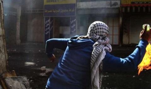 شبان يشعلون إطارات مطاطية ويرشقون شارعاً استيطانياً غرب رام الله بالعبوات المحلية