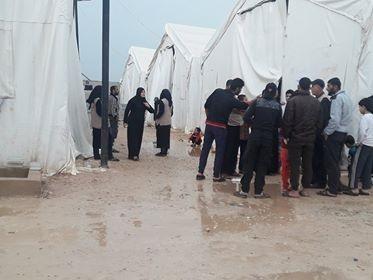 مهجرو اعزاز يعتصمون احتجاجاً على سوء المعاملة وإدارة المخيم تنفي