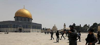 مستوطنون يقتحمون ساحات المسجد الأقصى
