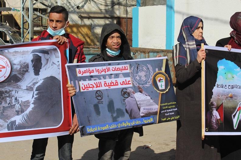 وقفة احتجاجيّة في مُخيّم البريج ضد تقليصات