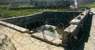 سلطات الاحتلال تغلق عين ماء في مخيم الفوار بالخليل