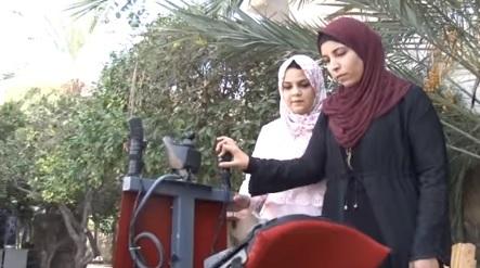 طالبتا هندسة فلسطينيتان تصمّمان جهازاً يساعد ذوي الإعاقة على التنقل