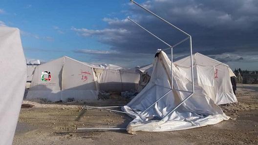 رياح قوية تقتلع خيام المهجرين الفلسطينيين في مخيم دير بلوط