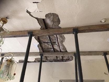 المنازل المتصدعة تخترقها مياه الأمطار وتهدد بكوارث في