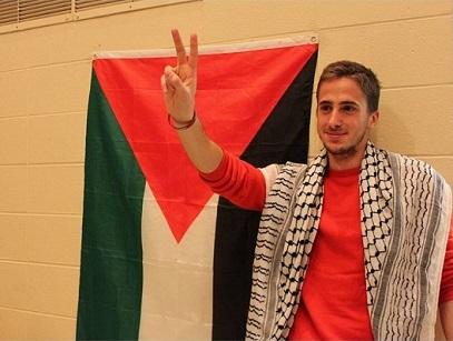 شابٌ فلسطيني يحصل على جائزة