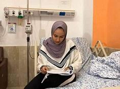 فلسطينية تتقدم لامتحانات الثانوية العامة على سرير المرض.. وتنال منحةً جامعيةً تامة