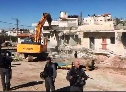 جرافات الاحتلال تهدم منزلين في بلدة سلوان