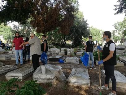 أهالي مخيم شاتيلا ينظفون مثوى الشهداء استعداداً لعيد الفطر