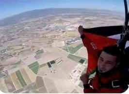 ابن مخيم عين الحلوة الشاب فتحي الداهود يرفع علم فلسطين في سماء إسبانيا.